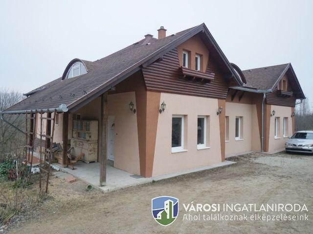 Erdei környezetben új építésű családi ház nagy telken